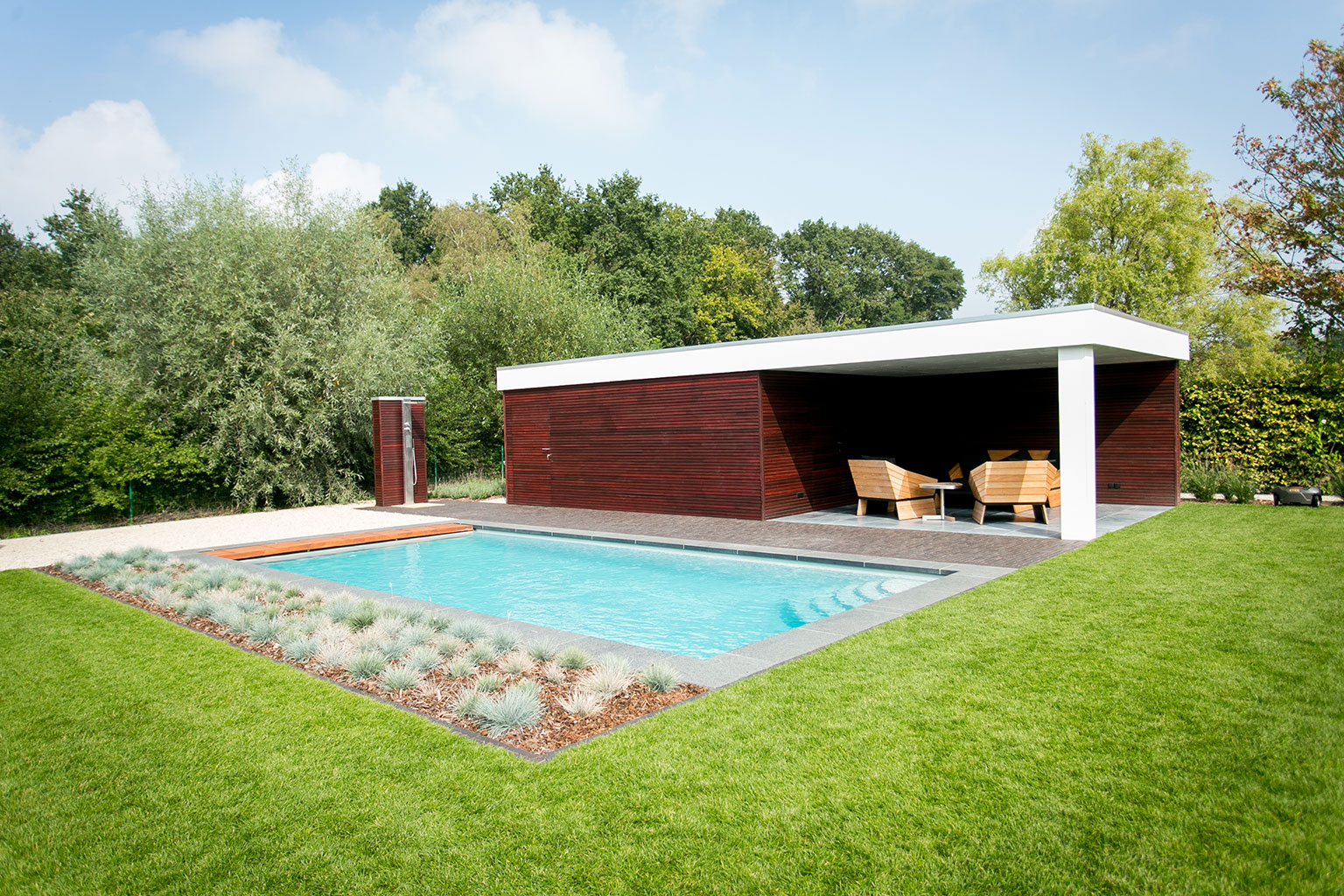 piscine 8x4 Carré de LPW Pools avec poolhouse