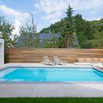 Finition projet piscine en vinylester 8x4 avec plage La Plage 9 de LPW Pools avec mur en bois et poolhouse