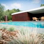Piscine 8x4 Carré LPW POOLS avec finition jardin et terrasse avec margelles de piscine