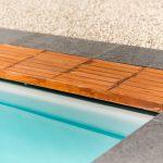 Caillebotis en bois recouvrant le volet de piscine Covrex classic haut niveau d'eau
