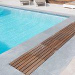 Volet de piscine Covrex Classic avec poutre de sous débordement par Be-Pool avec caillebotis Bankirail