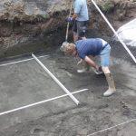Placement d'une piscine en Belgique : construction piscine privée première étape pose de chape de fond par Be-Pool