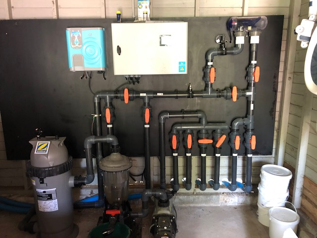 installation de piscine - local technique avec traitement de l'eau au Magnésium Magnapool et filtre à cartouche avec mutlicyclone par Be-Pool